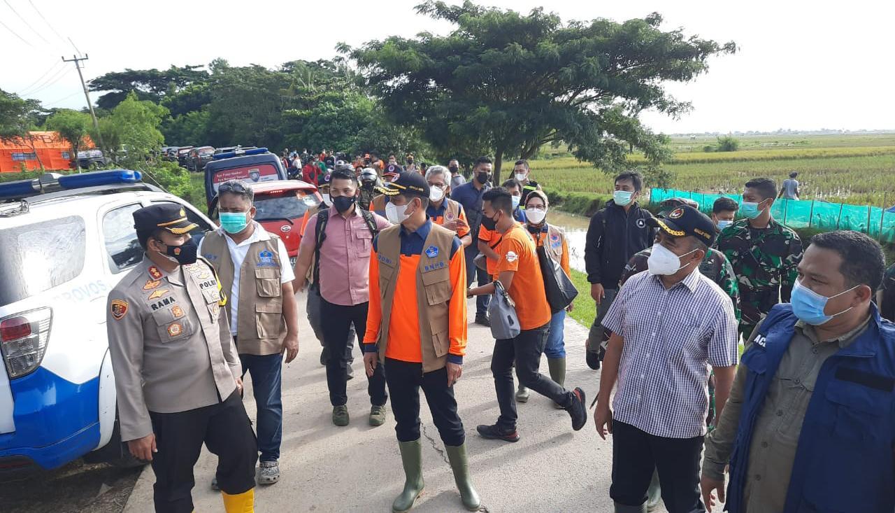 Kepala BNPB dan Menko PMK Tinjau Lokasi Banjir di Desa Karangligar