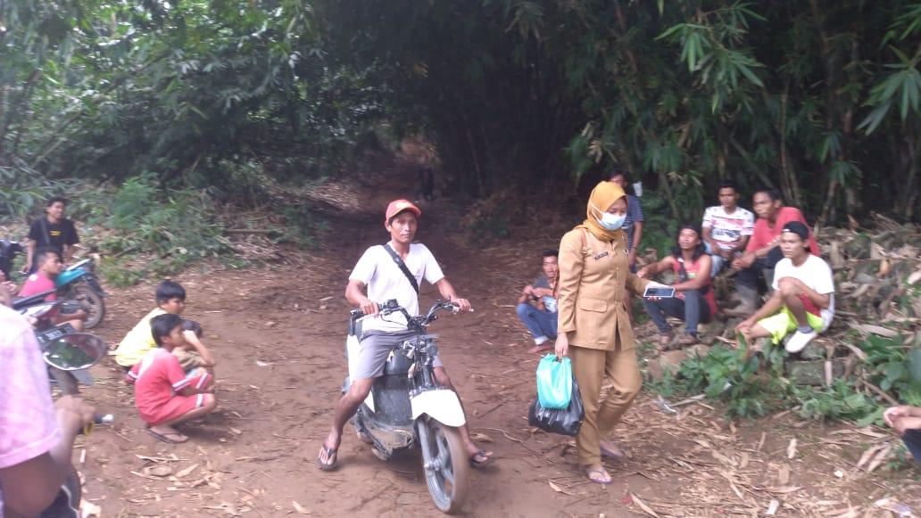 Warga Sukasari Tetap Beraktivitas Dibayangi Jalan Terjal dan Licin