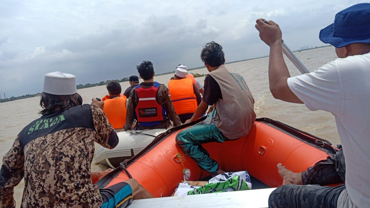 Ayyubi Store Foundation Bantu Evakuasi Korban Banjir Dengan Perahu Karet