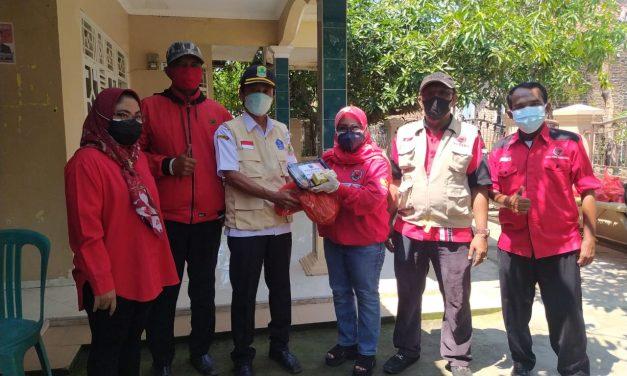PDIP Karawang Bagikan Sembako Bagi Warga Isoman di Cibuaya dan Kutawaluya
