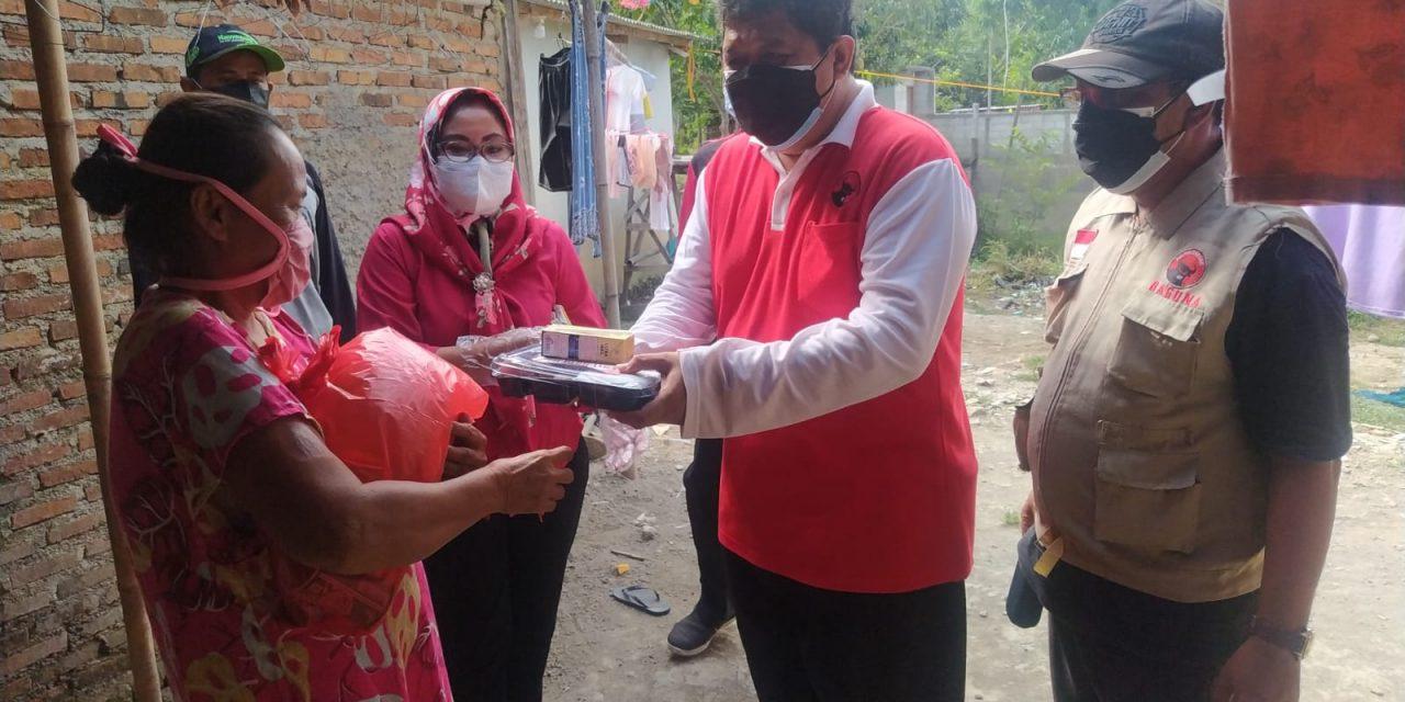Giliran Warga Isoman Karawang Barat Disosor Bantuan Sembako PDIP Karawang